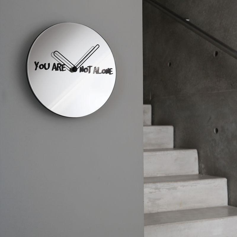 Orologio da parete circolare a specchio con scritta You Are Not Alone in nero