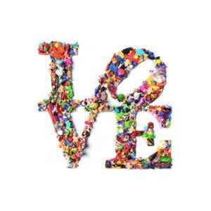 cARTolina in Tyvek leggera e impermeabile con grafica raffigurante la scritta Love composta da giocattoli colorati
