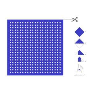 cARTolina in Tyvek leggera e impermeabile con quadrato viola a puntini bianchi e le istruzioni a lato per realizzare una pochette