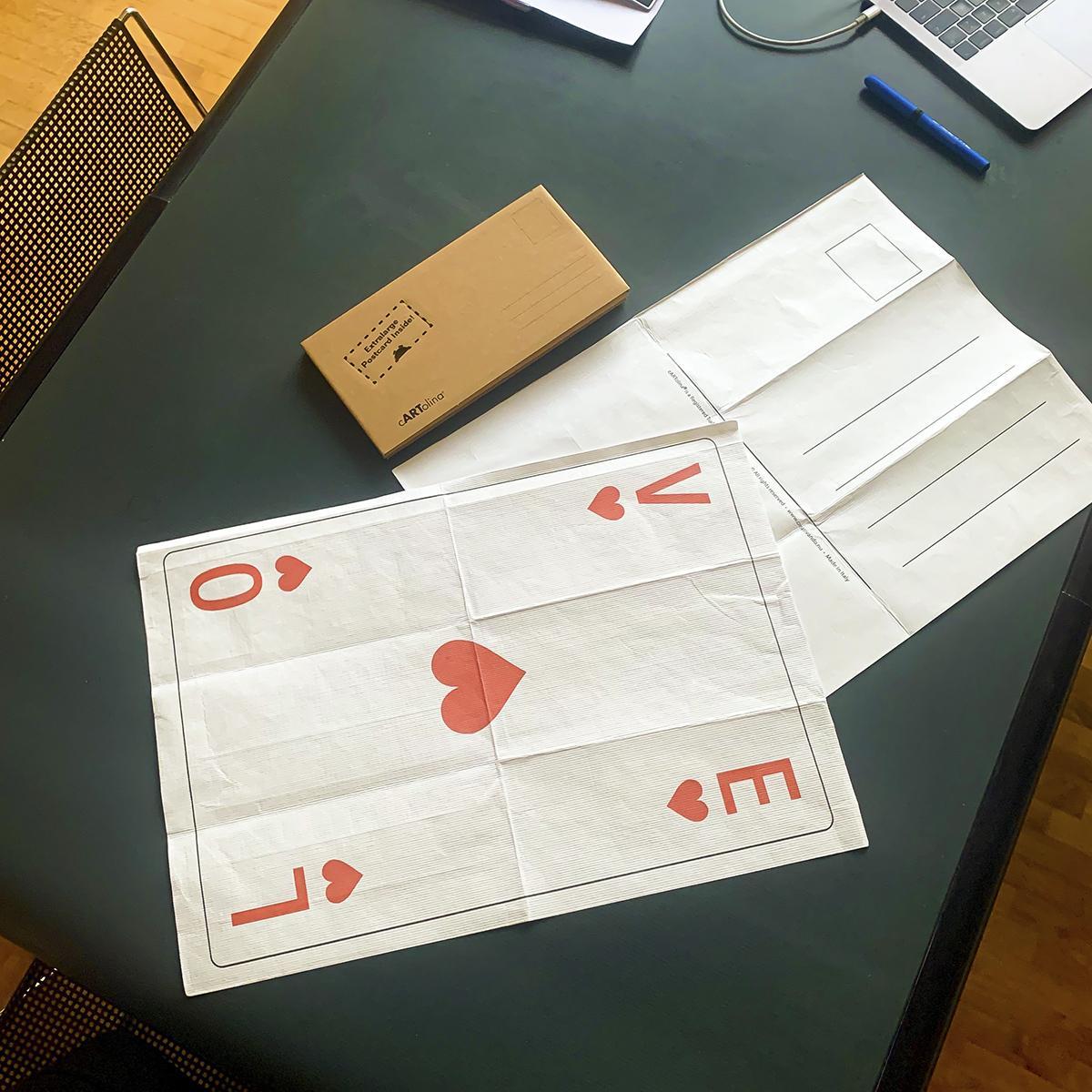 un biglietto augurale una cartolina di grandi dimensioni che riproduce l'asso di cuori