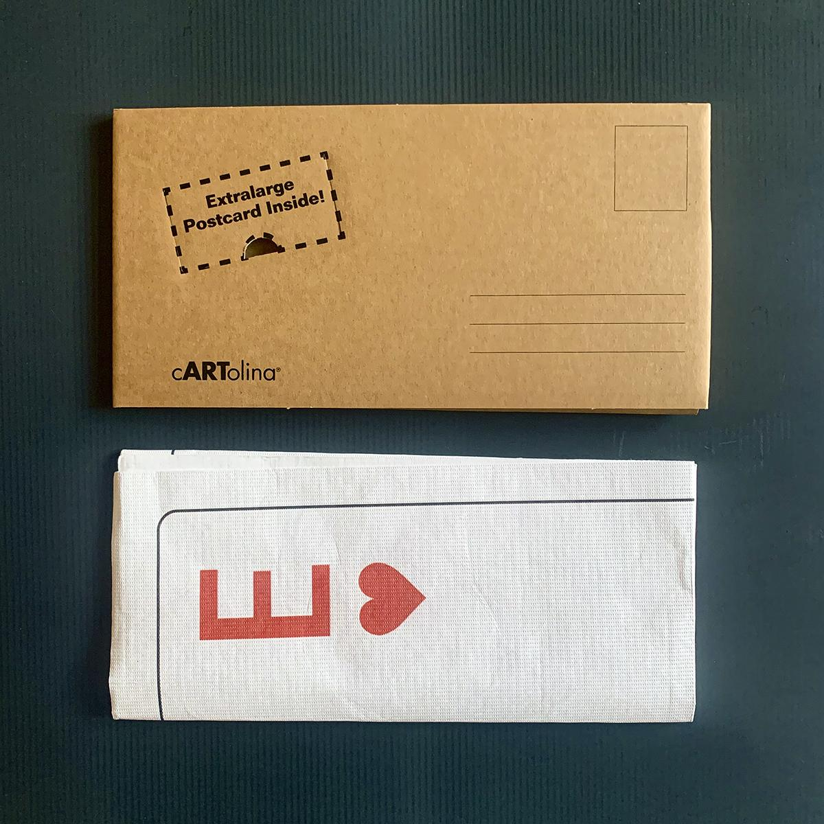 una busta realizzata in cartone avana con il relativo biglietto piegato