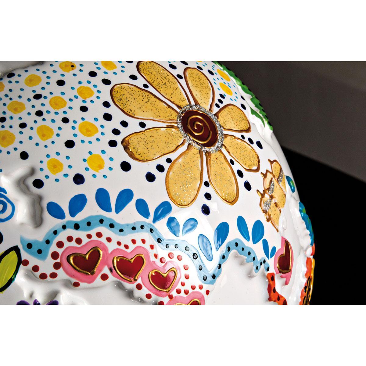 dettaglio decoro realizzato a mano sul pianeta dell'arte united colors on white