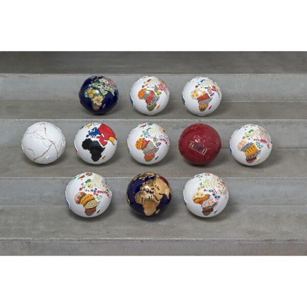Collezione completa Il Pianeta dell'arte globi in ceramica di vari colori rappresentante la terra con decori a mano sui continenti e appoggiato su una base quadrata in legno bianco