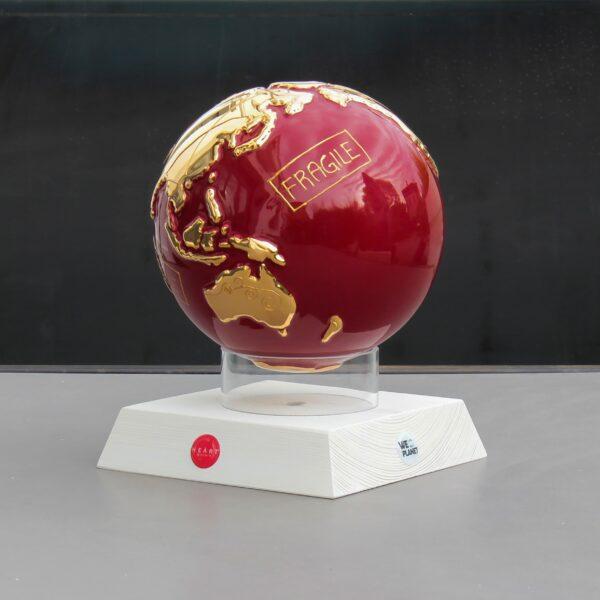 """globo in ceramica rosso rappresentante la terra con la scritta """"Fragile"""" dorata"""