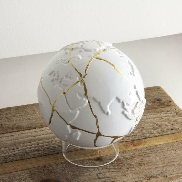 mappamondo in ceramica bianco con venature dorate che riproducono lo stile di riparazione della ceramica giapponese kintsugi
