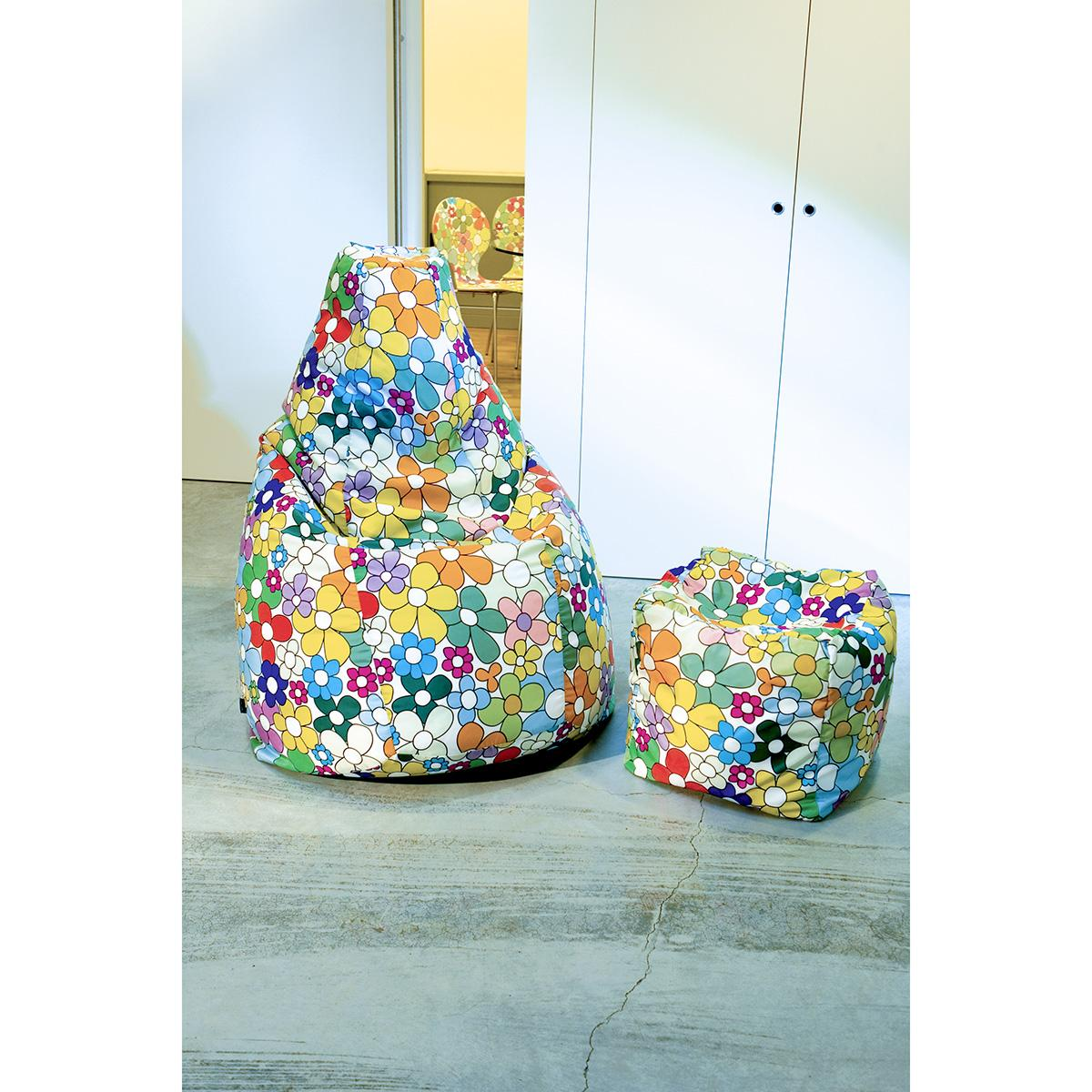 poltrona a sacco e pouf quadrato in coordinato con un tessuto a margherite colorate stilizzate