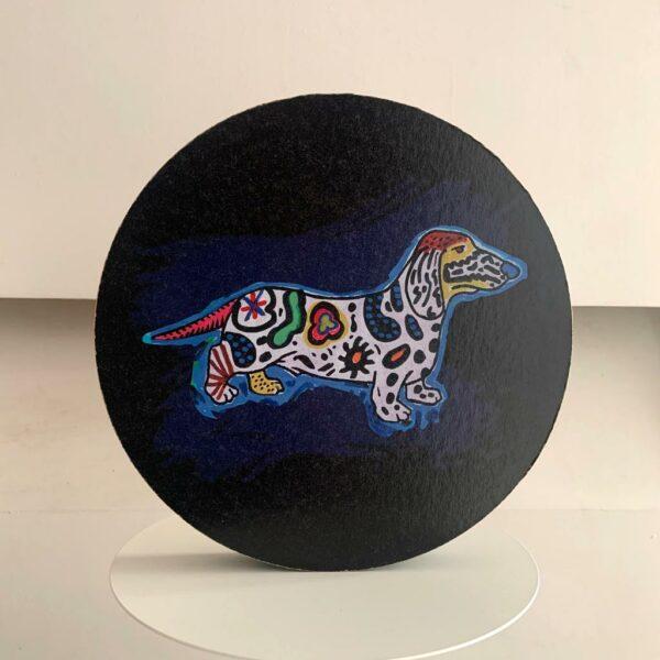 Pannello decorativo in cartone alveolare rotondo di colore nero con artwork di un cane stile pop