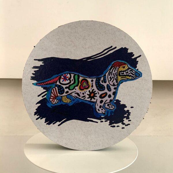 Pannello decorativo in cartone alveolare rotondo di colore bianco con artwork di un cane stile pop