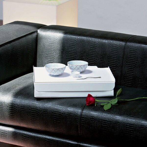 Vassoio da letto composto da un morbido cuscino e un piano in metallo colore bianco