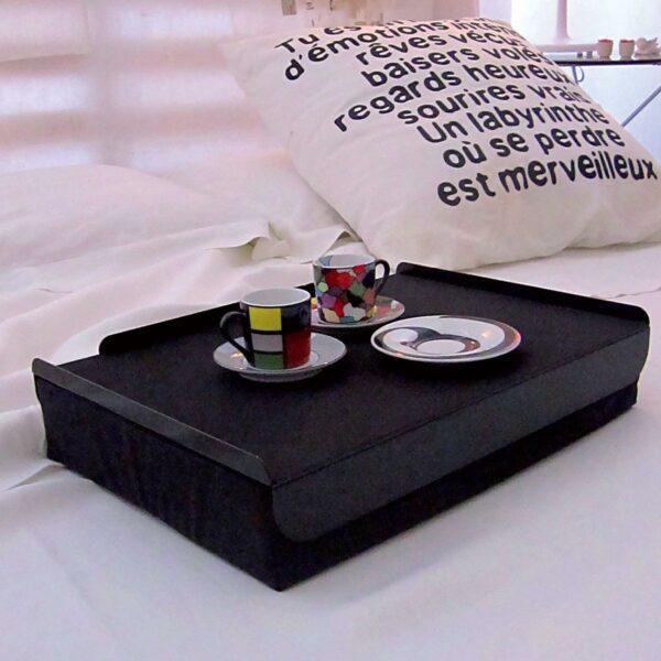 Vassoio da letto composto da un morbido cuscino e un piano in metallo colore nero