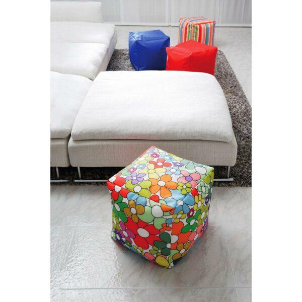 pouf morbido da usare come poggia piedi in salotto realizzato con un tessuto floreale colorato