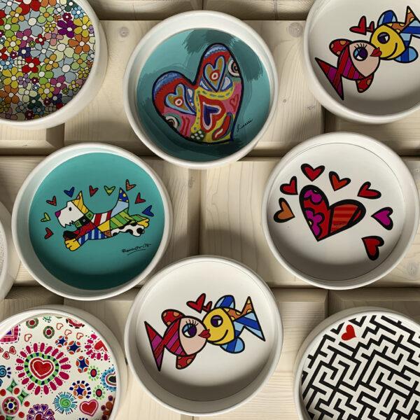 un mix di ciotole in ceramica bianca dal fondo decorato con grafiche moderne e disegni in stile pop art