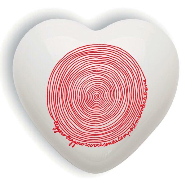 Cuore di ceramica bianco con versi in italiano e francese e grafica di Laura Leita