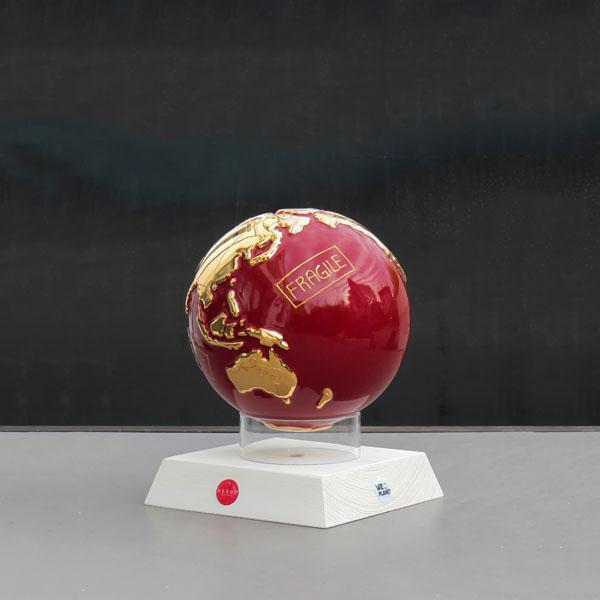 globo in ceramica rosso con te terre emerse dorate