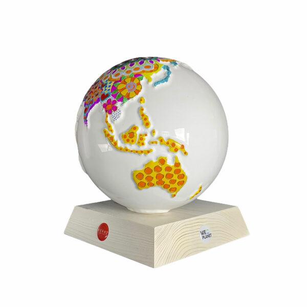 il pianeta terra realizzato in ceramica e decorato artisticamente