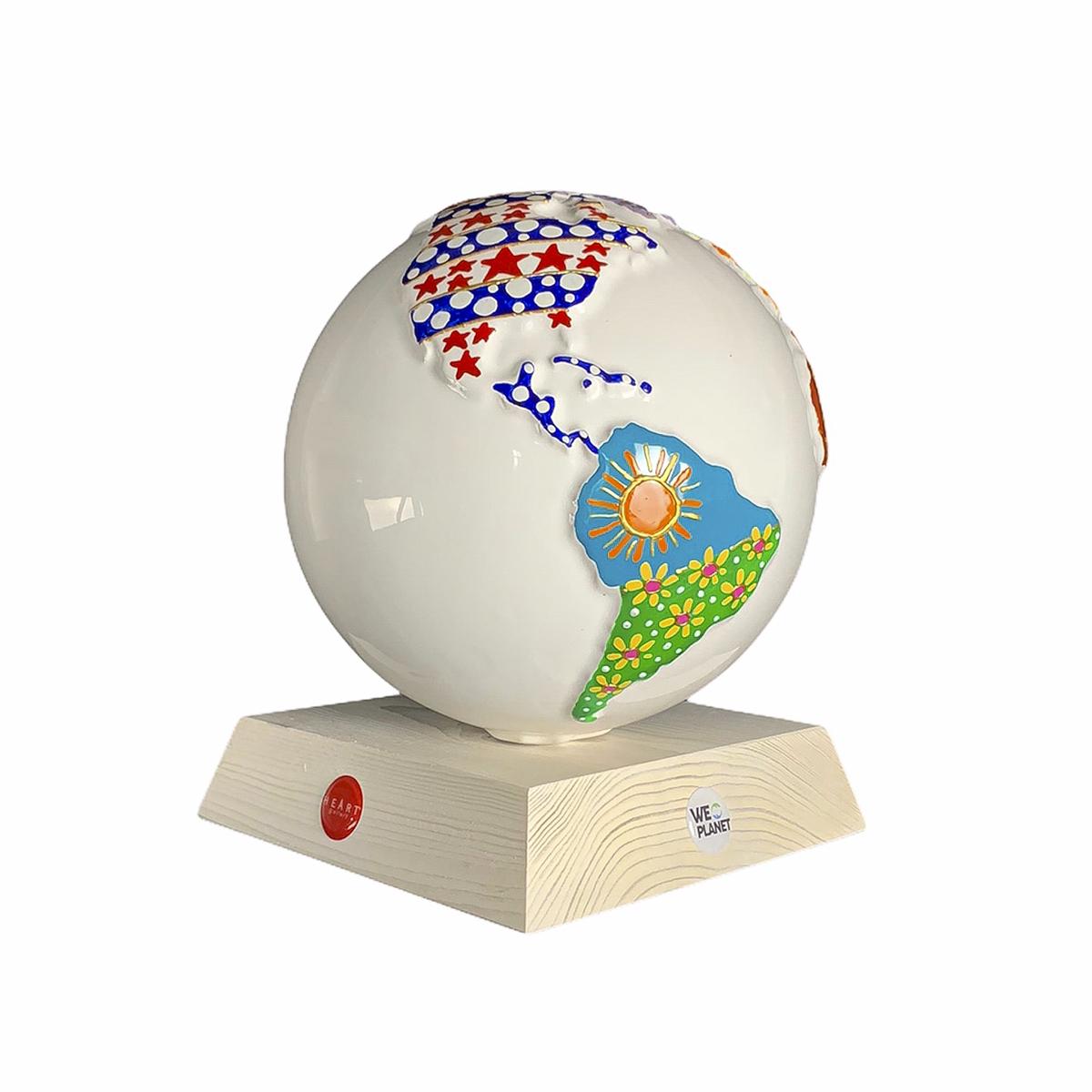 opera d'arte in ceramica raffigurante il pianeta decorato a mano
