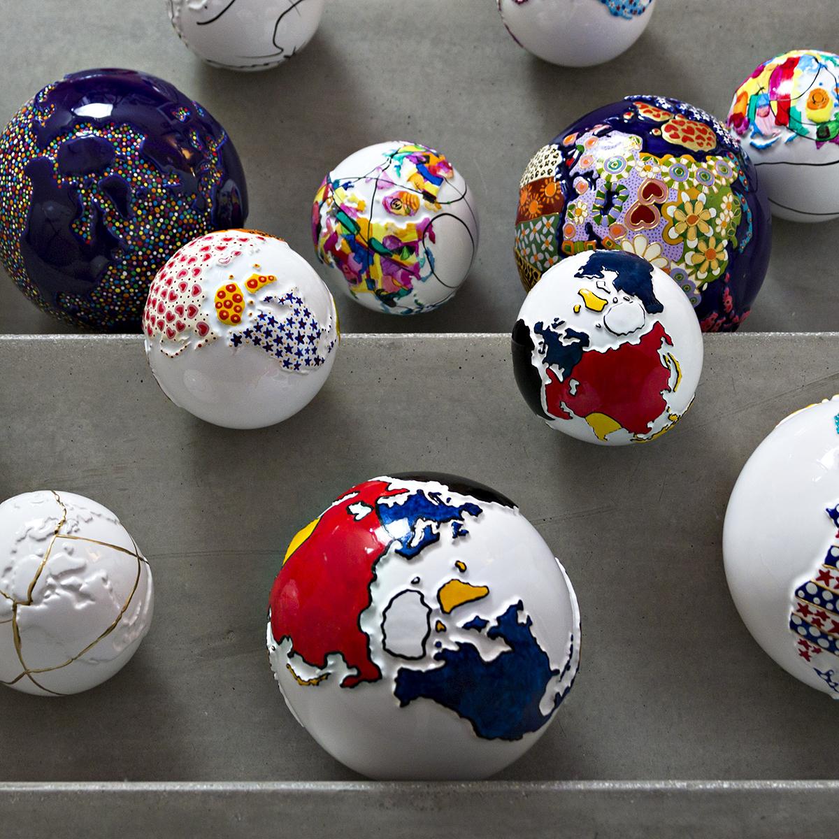 sfere in ceramica decorate a mano secondo lo stile mondrian