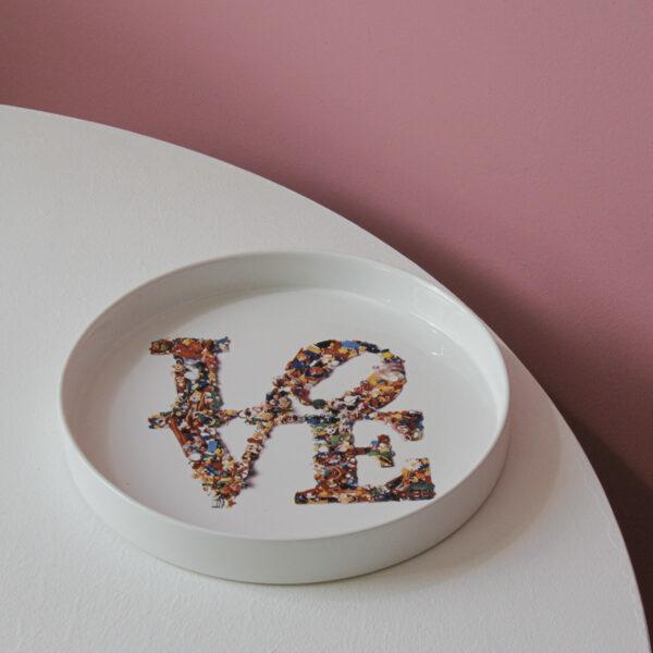 vassoio in ceramica rotondo con la scritta LOVE al centro