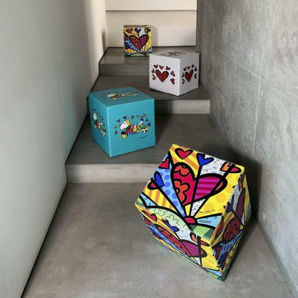 4 pouf rigidi per sedersi a forma di cubo sono realizzati con gli artwork originali di Romero Britto