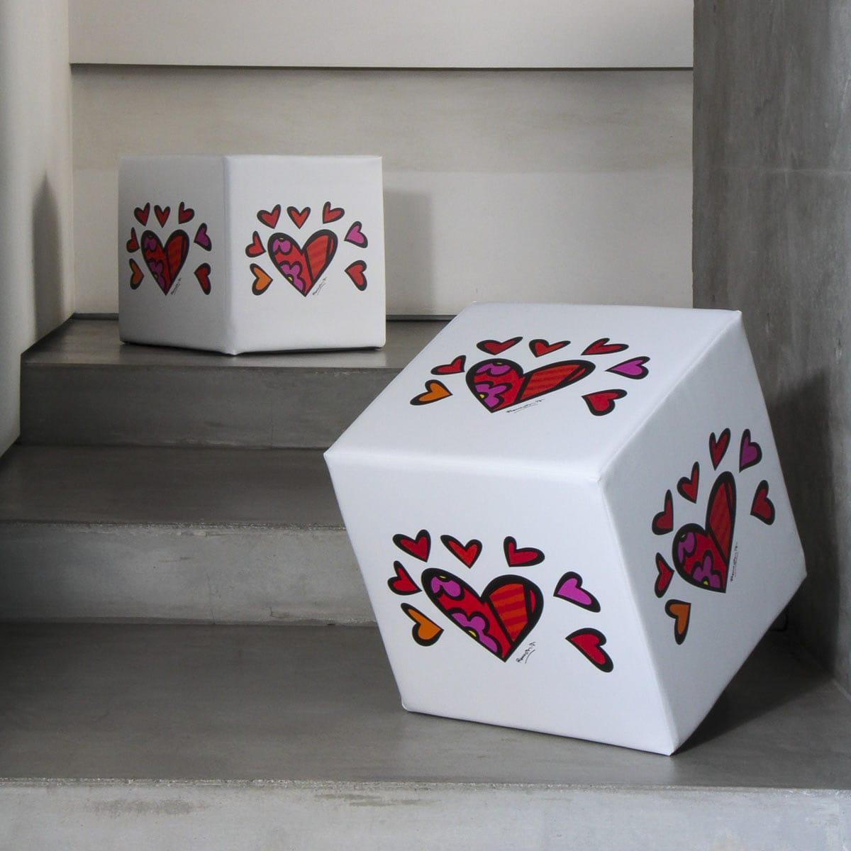 due pouff a forma di cubo bianchi sono decorati con dei cuori al centro