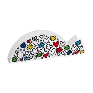 una grafica realizzata con fiori e cuori, in parte colorata, decora un pesce realizzato in metallo, che funge da portaoggetti