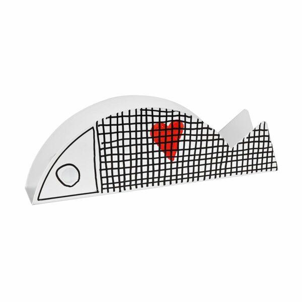 un pesce in metallo decorato con righe e un cuore rosso funge da portatovaglioli o porta corrispondenza