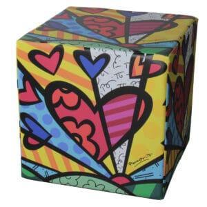 pouf a forma di cubo con grafiche pop su tutti i lati