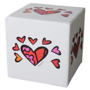 pouf a forma di cubo bianco con la stampa su tutti i lati di alcuni cuori