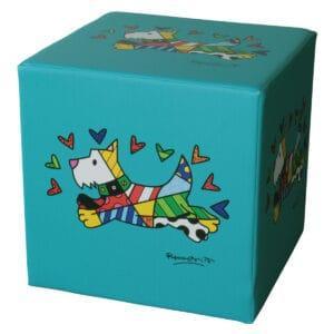 pouf a forma di cubo nella tonalità dell'azzurro/verde acqua con la sovrastampa di un cane stilizzato e colorato