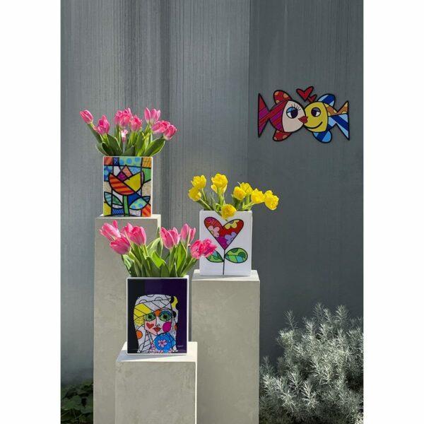 un gruppo di tre vasi che riproducono le opere artistiche di Romero Britto