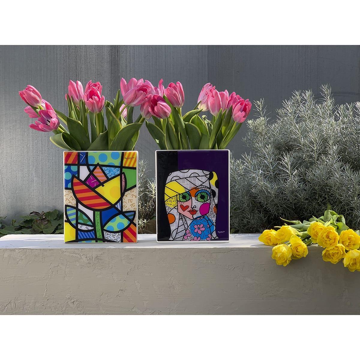 vasi colorati con tulipani rosa. Lo stile è quello di Romero Britto