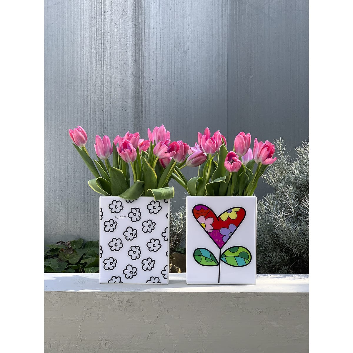 vasi rettangolari bianchi con decori grafici e con dei tulipani rosa