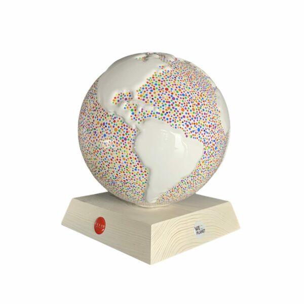 un globo in ceramica bianco decorato secondo lo stile puntinismo