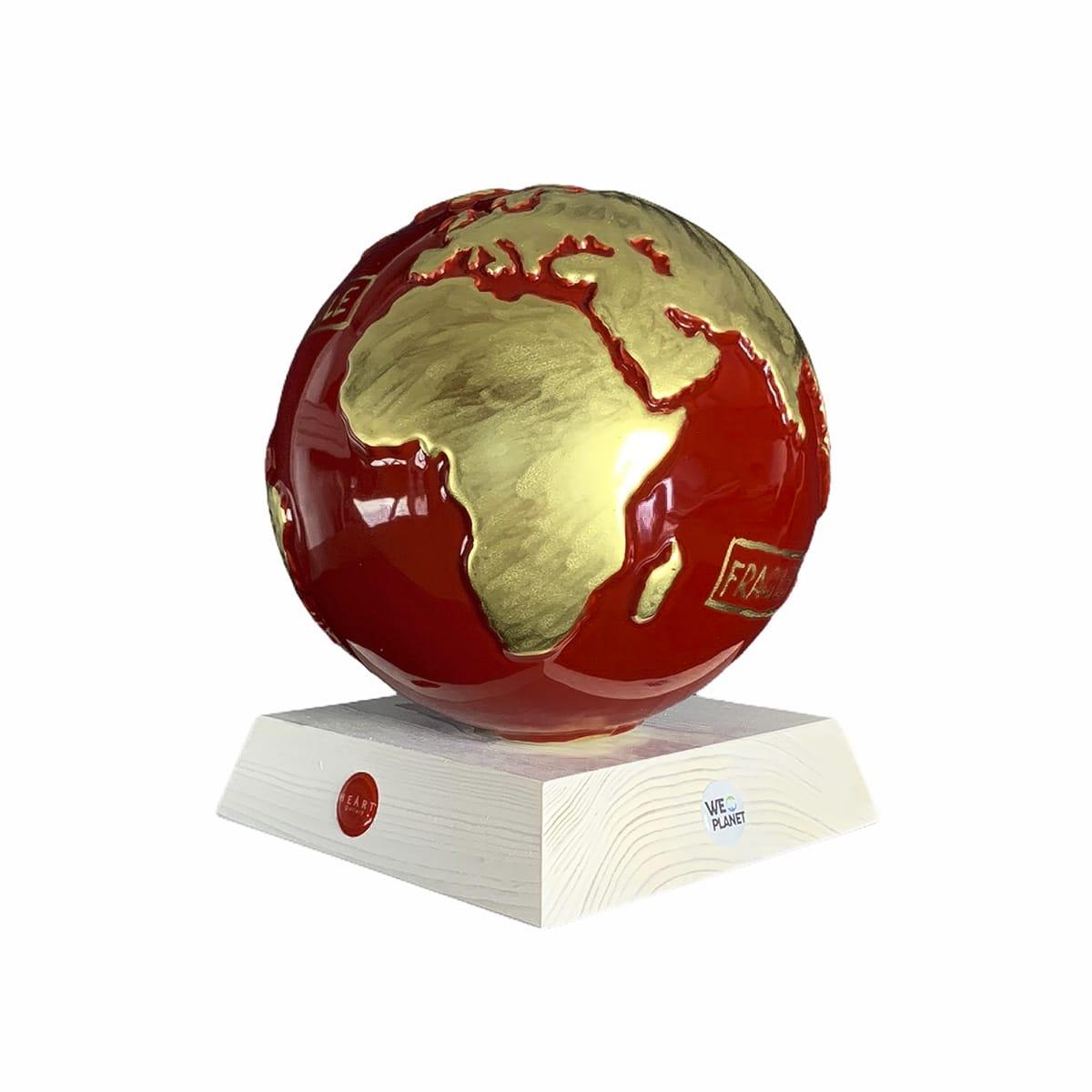 il pianeta terra realizzato in ceramica smaltata di rosso e in oro sono dipinte a mano le terre emerse