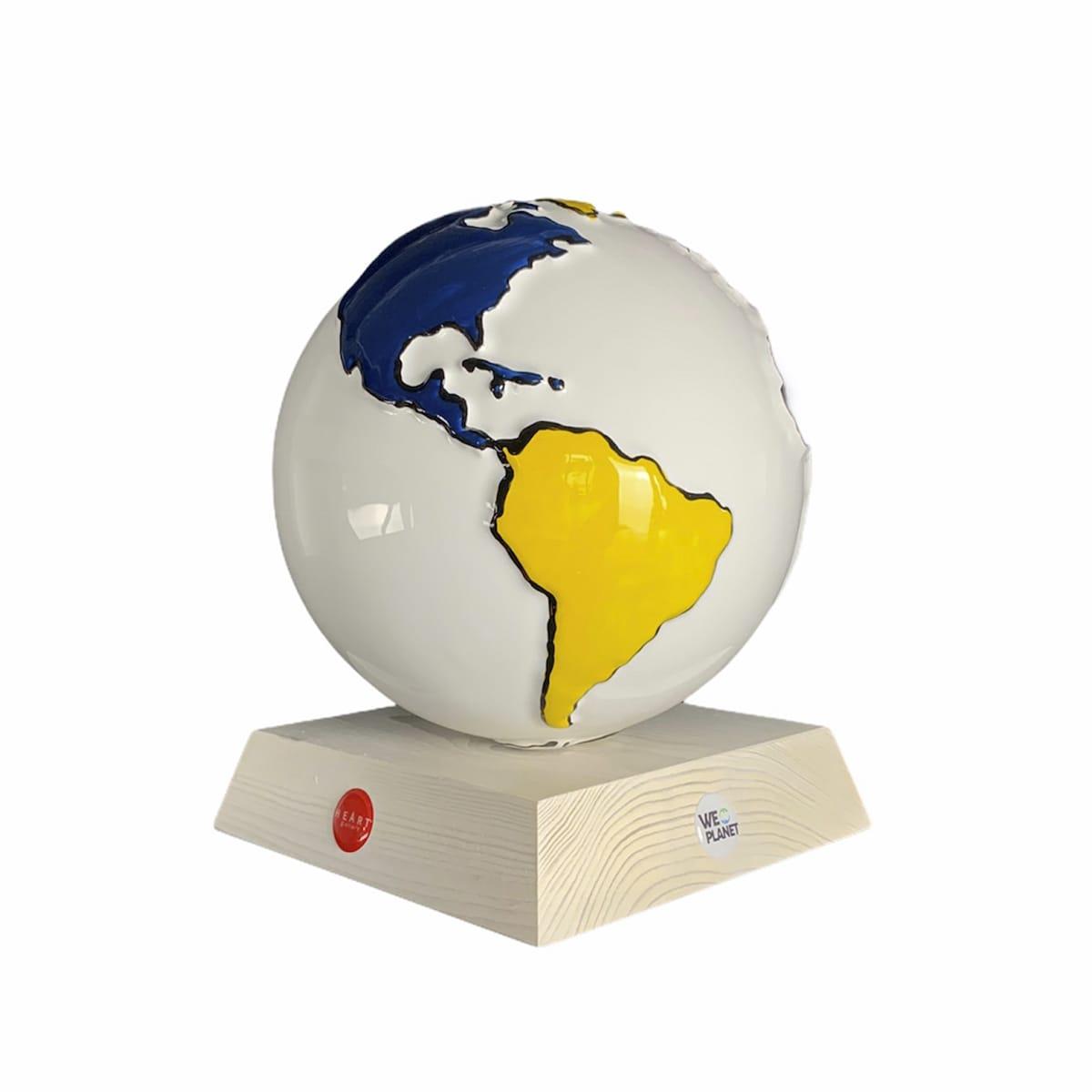 la terra realizzata in ceramica: tutta bianca e le terre emerse dipinte in rosso, giallo, blue e nero secondo lo stile Mondrian