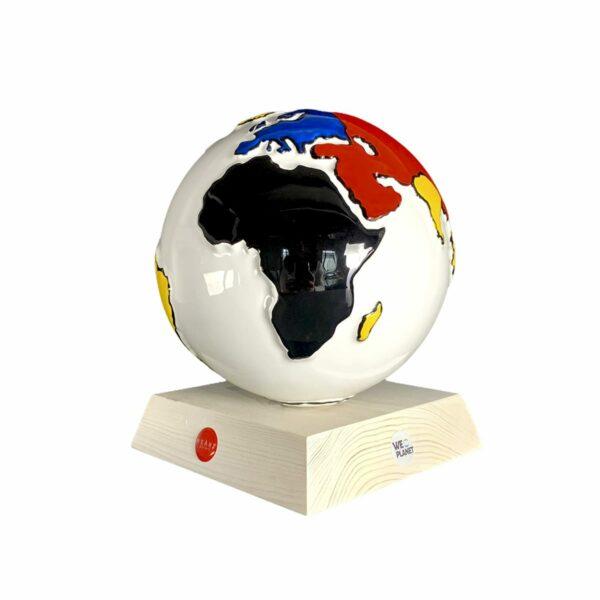 la terra realizzata in ceramica smaltata di bianco e i continenti decorati in rosso, giallo, blue e nero secondo lo stile Mondrian