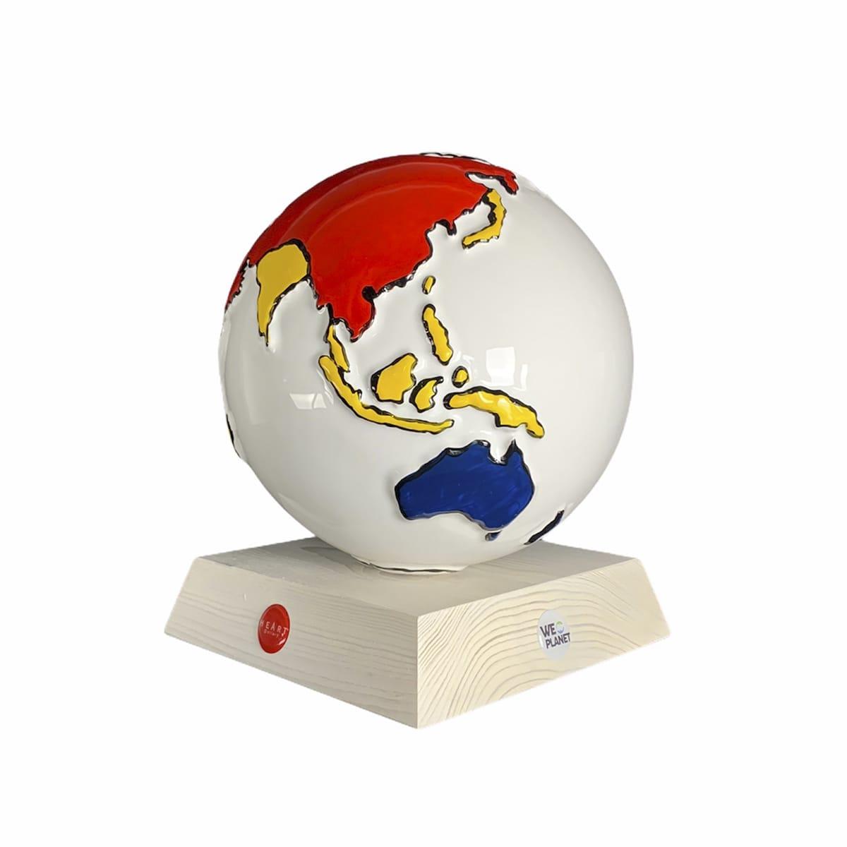 la terra realizzata in ceramica: tutta bianca e i continenti decorati in rosso, giallo, blue e nero secondo lo stile Mondrian