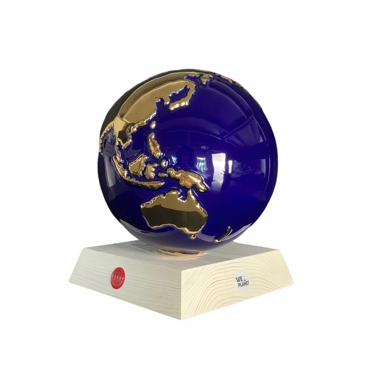 oggetto ornamentale raffigurante il pianeta terra tutto blu e i continenti in oro
