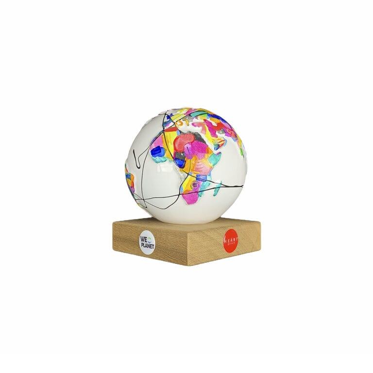 il pianeta terra decorato a mano su un piccolo globo in ceramica