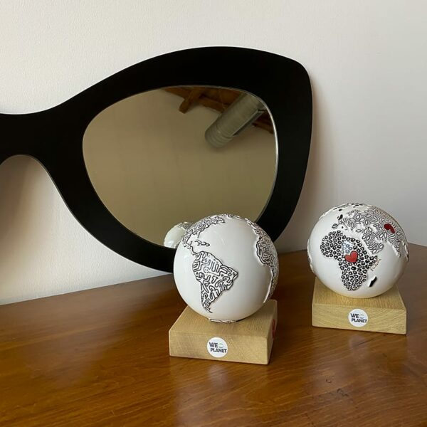 piccolo mondo in ceramica decorato a mano riproducendo lo stile pop di Keith Haring