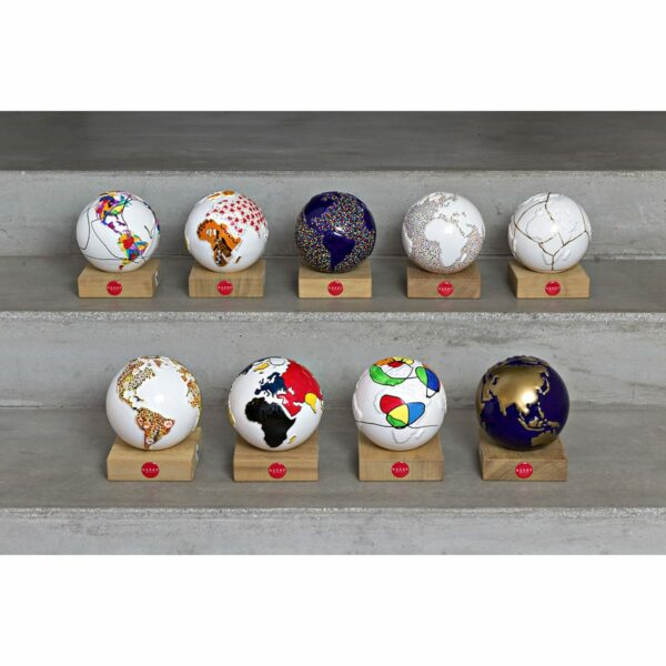 9 globi in ceramica che rappresentano il pianeta terra dipinti artisticamente a mano.