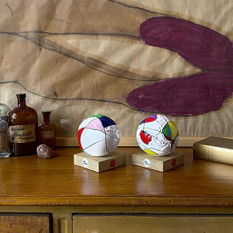 piccoli pianeta terra in ceramica decorati a mano secondo lo stile di Mirò