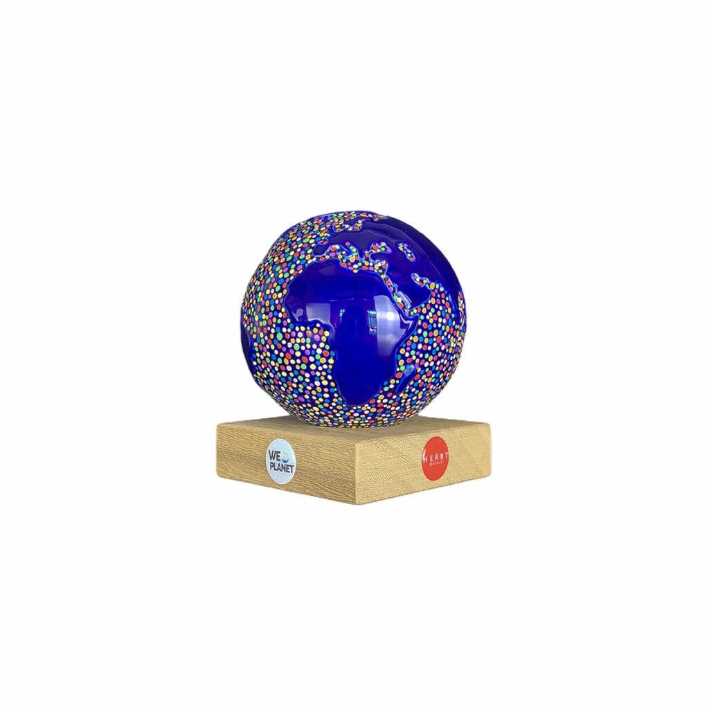 mappamondo design blu con puntini colorati dipinti a mano