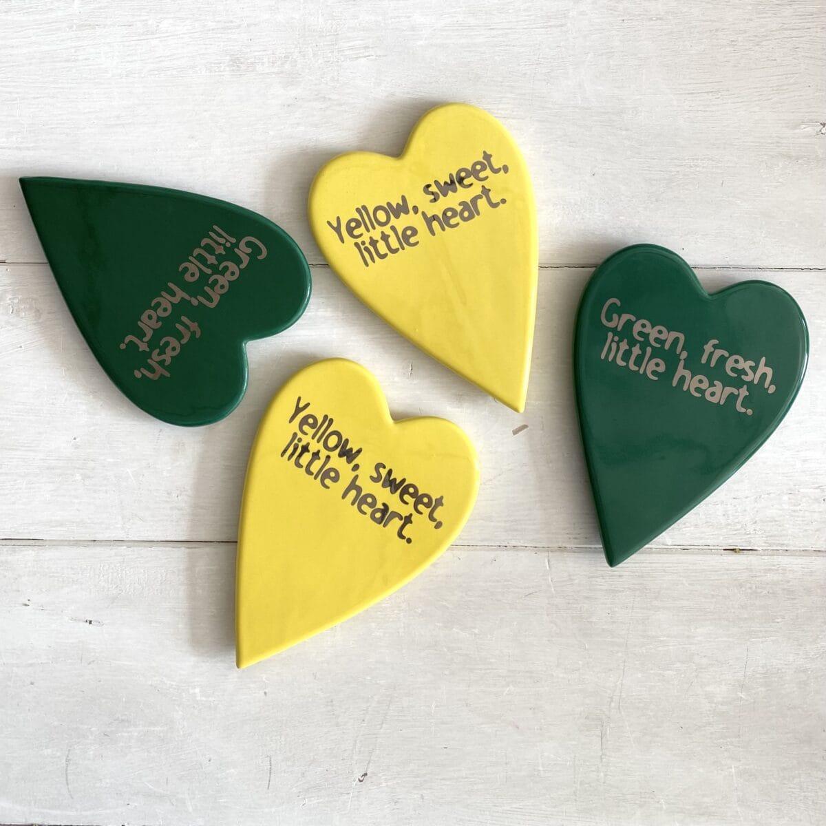 sottopentola in ceramica a forma di cuore nei colori giallo e verde