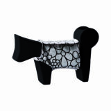 oggetto design a forma di cane stilizzato realizzato in ceramica con vestitino argento