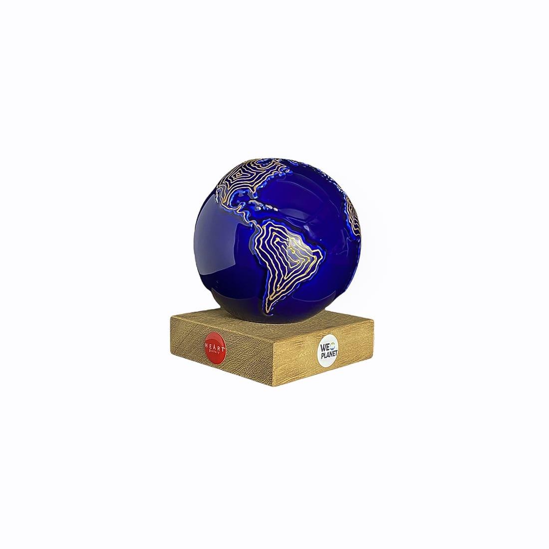 mappamondo design ceramica blu con isoipse dorate in rilievo