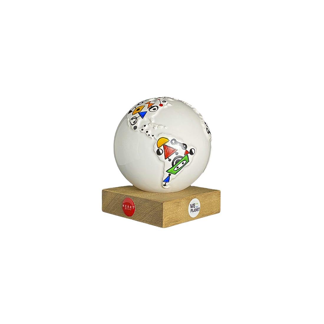 mappamondo design bianco con decorazioni colorate dalle forme tratte dalle opere di Calder